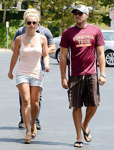 Britney Spears and her boyfriend David Lucado go grocery shopping in Thousand Oaks