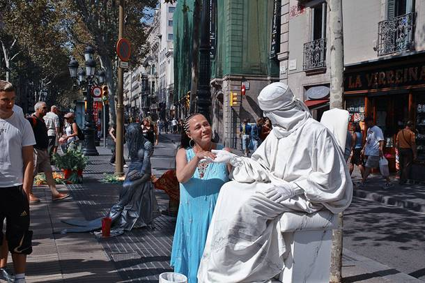 White-Statue-on-Las-Ramblas