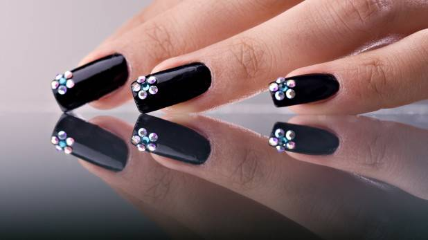 black_fingernails-