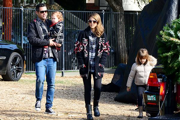 Jessica Alba shops for a Christmas tree