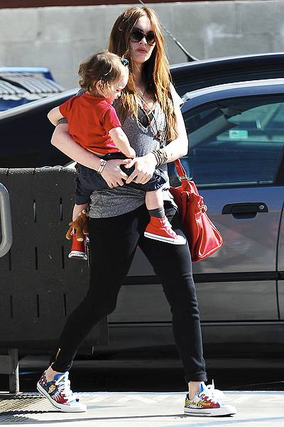 Pregnant Megan Fox carries son Noah as she leaves DMH Aesthetics medical facility in Larchmont Village. Little Noah is spotted with what looks like a blue elastic hair band in his bangs.Featuring: Megan Fox,Noah GreenWhere: Los Angeles, California, Uni