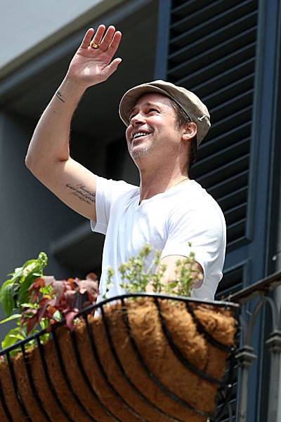 Brad Pitt comes out on his balcony to chat with Matthew McConaughey