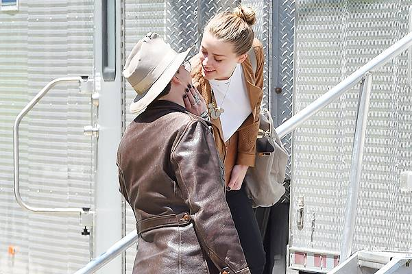 EXCLUSIVE: ***PREMIUM EXCLUSIVE RATES APPLY*** Johnny Depp and Amber Heard share a passionate kiss in NYC