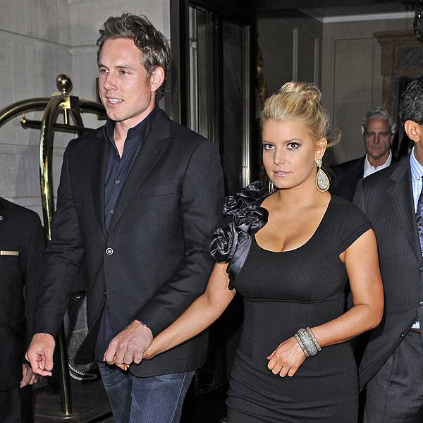 Jessica Simpson with her boyfriend Eric Johnson holding hands in NYC