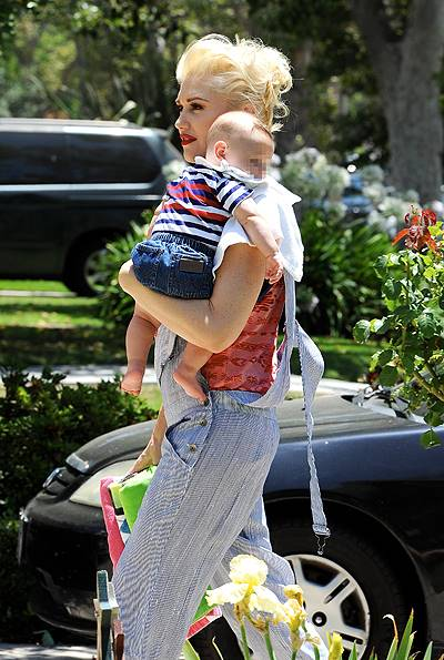 Gwen Stefani celebrates both the 4th of July and her father's birthday with her family. Stefani's father was given a collage featuring his grandchildren. Featuring: Gwen Stefani,Apollo Rossdale Where: Los Angeles, California, United States When: 04 Jul 2