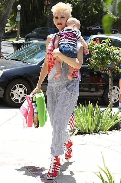 Gwen Stefani and her family head to her dad's house in Los Angeles, CA