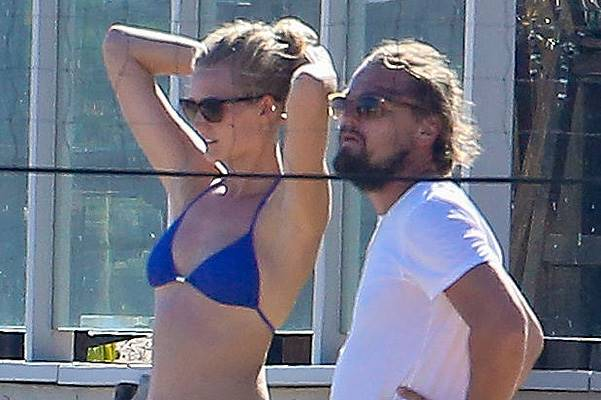 PREMIUM EXCLU Dicaprio and Toni Garnn hit the beach
