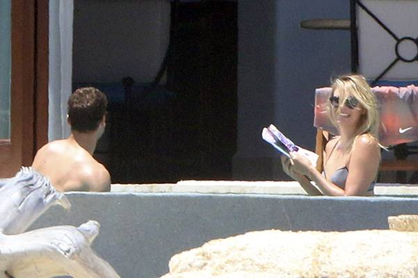 EXCLUSIVE: aria Sharapova shows off her impressive bikini body in a grey two-piece as she parties with her boyfriend Grigor Dimitrov in Los Cabos, Mexico