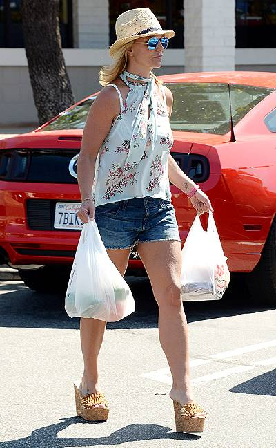Britney Spears out for some grocery shopping at Vons in Thousand Oaks****NO DAILY MAIL SALES*** OR ASSOCIATED NEWSPAPERS****