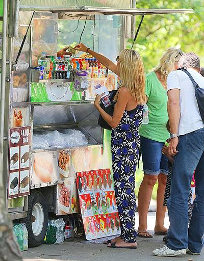 Heidi Klum and her kids eat fruit pops while walking in Central Park, NY (BLURRED)