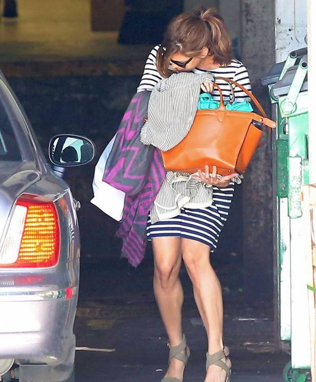 eva-mendes-hides-her-baby-bump-after-pregnancy-reveal-04