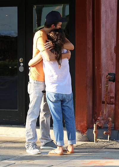 PREMIUM EXCLUSIVE - Ashton Kutcher comforts pregnant Mila Kunis before dinner
