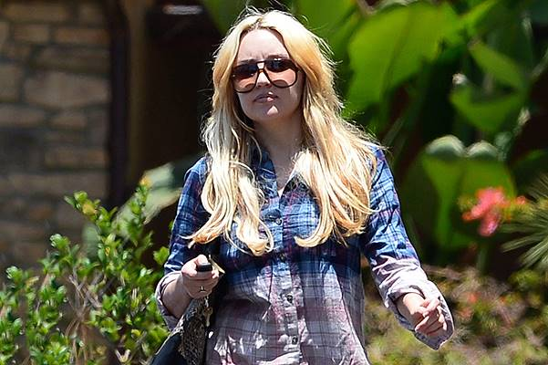 *EXCLUSIVE* Amanda Bynes brings a Mystery Man with her to celebrate Father's Day with the family **NO WEB, MUST CALL FOR PRICING**