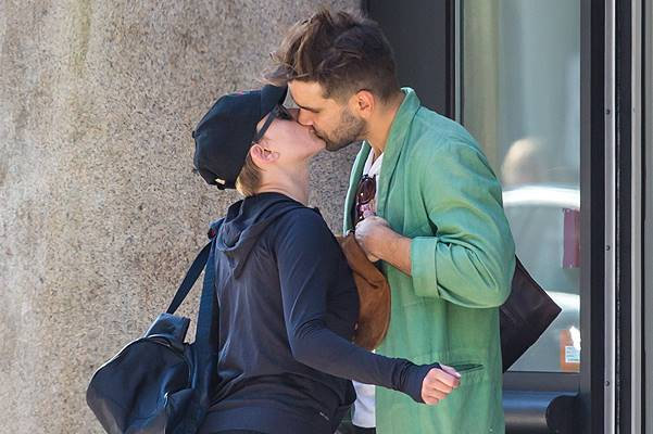EXCLUSIVE: **PREMIUM RATES APPLY** Scarlett Johansson and Romain Dauriac kissing in NYC