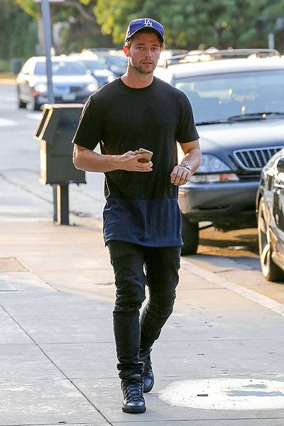 EXCLUSIVE: INF - Patrick Schwarzenegger busy texting on his phone as he walks back to his car